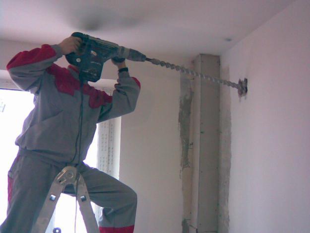 Бурение стены с помощью перфоратора