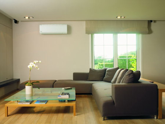 Компактное размещение устройства под потолком комнаты никак даже не повлияет на расстановку мебели